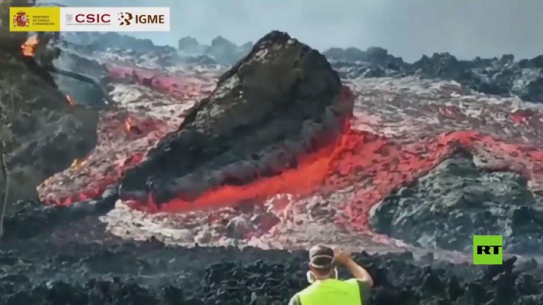 لقطات جديدة تظهر حمما بركانية تجر أحجارا ضخمة في جزيرة لا بالما