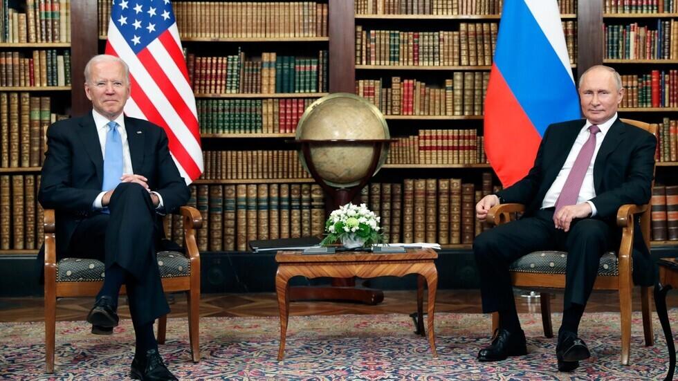 الرئيس الروسي، فلاديمير بوتين، ونظيره الأمريكي، جو بايدن، خلال قمتهما في جنيف يوم 16 يونيو 2021.