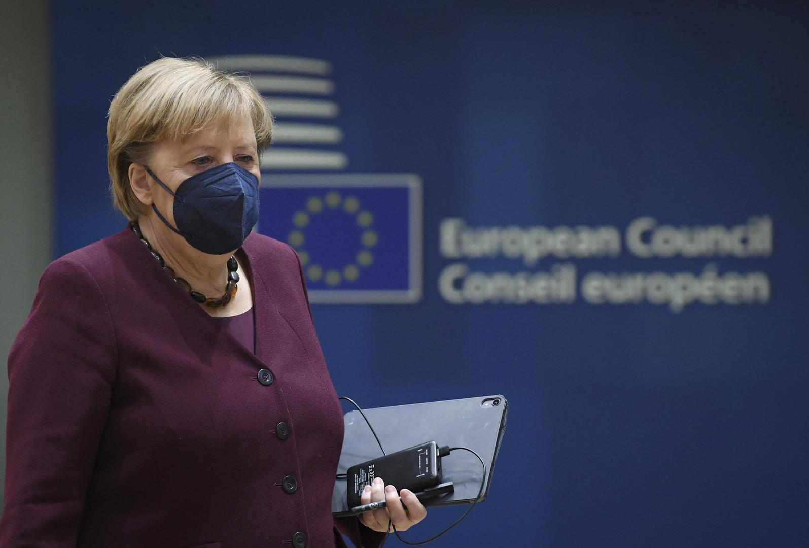 الزعماء الأوروبيون يصفقون لميركل وقوفا في آخر قمة لها