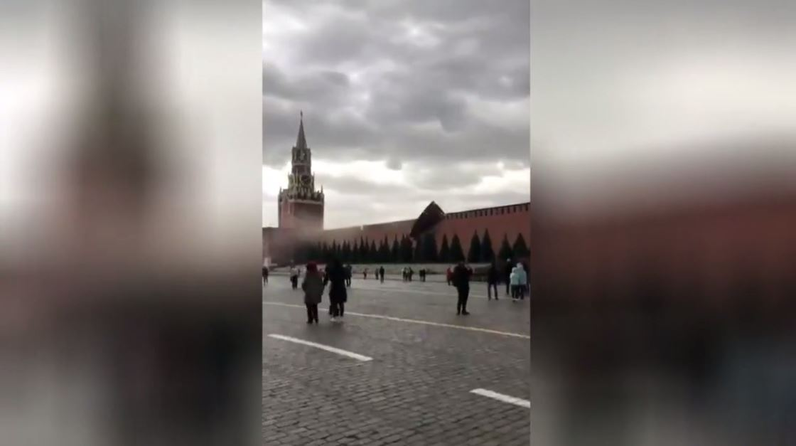 بالفيديو.. رياح قوية تدمر سور الكرملين في موسكو