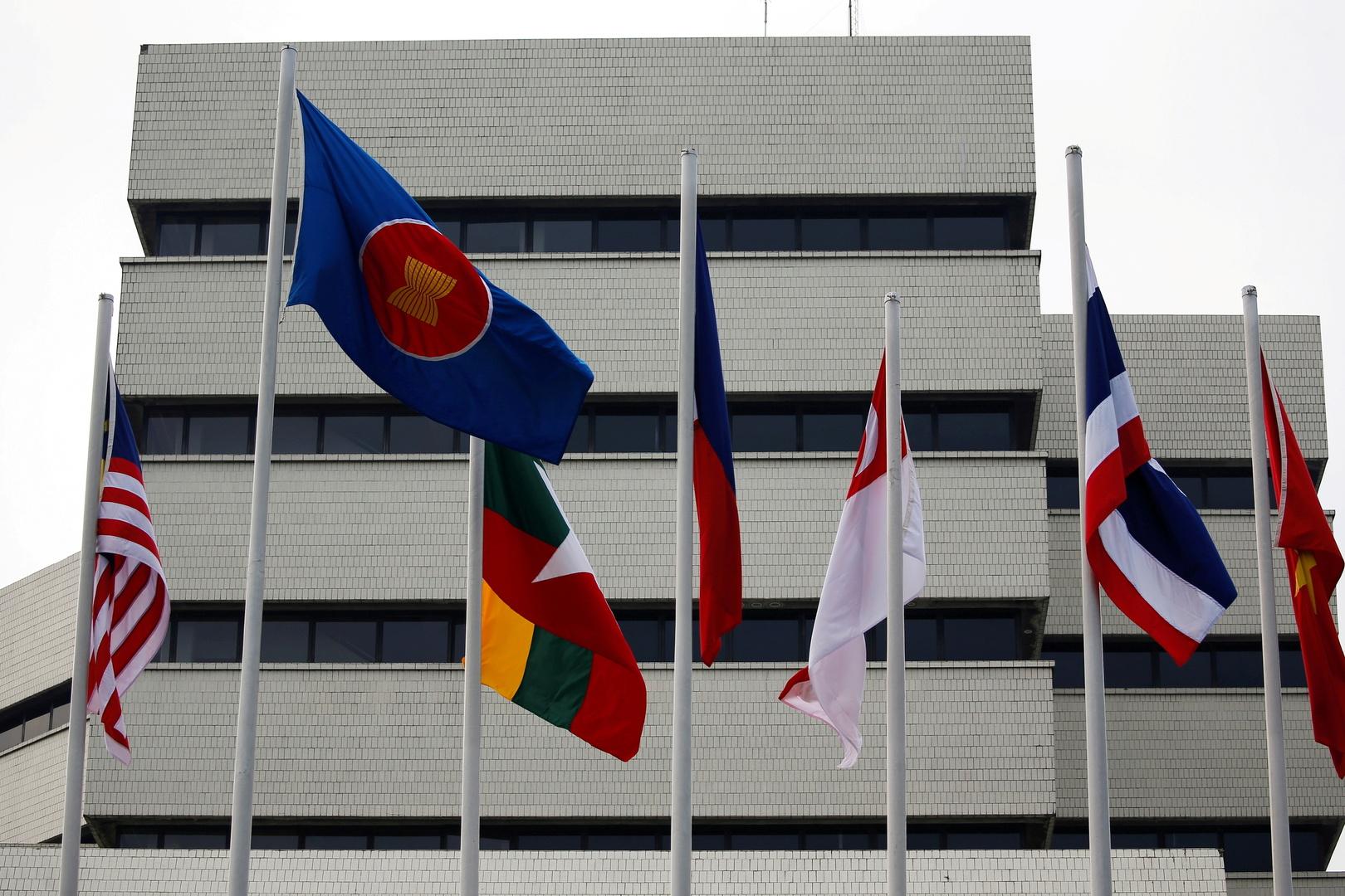 """أعلام خارج مبنى أمانة """"آسيان """""""
