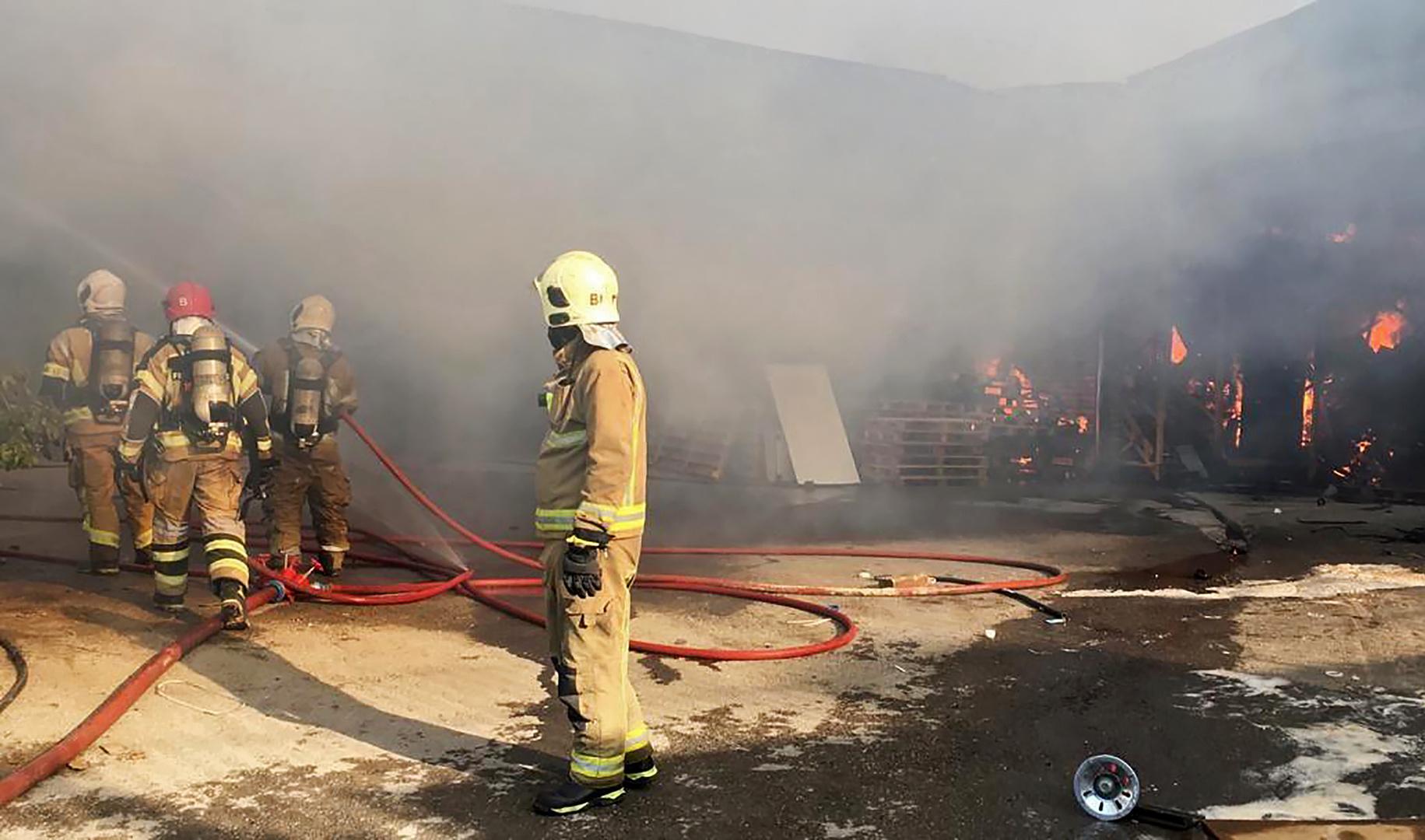 حريق في إحدى محطات ميناء بندر عباس جنوبي إيران يتسبب بقطع الكهرباء عن أحياء في المدينة (فيديو)
