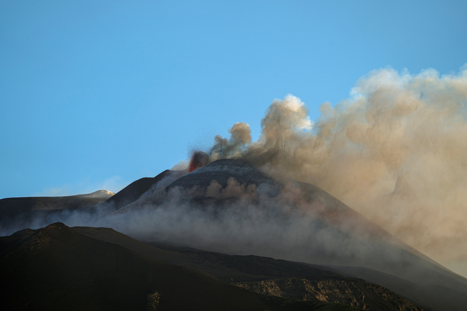 بركان إتنا في جزيرة صقلية الإيطالية