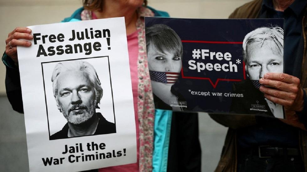 ملصقات تطالب بالحرية لمؤسس موقع