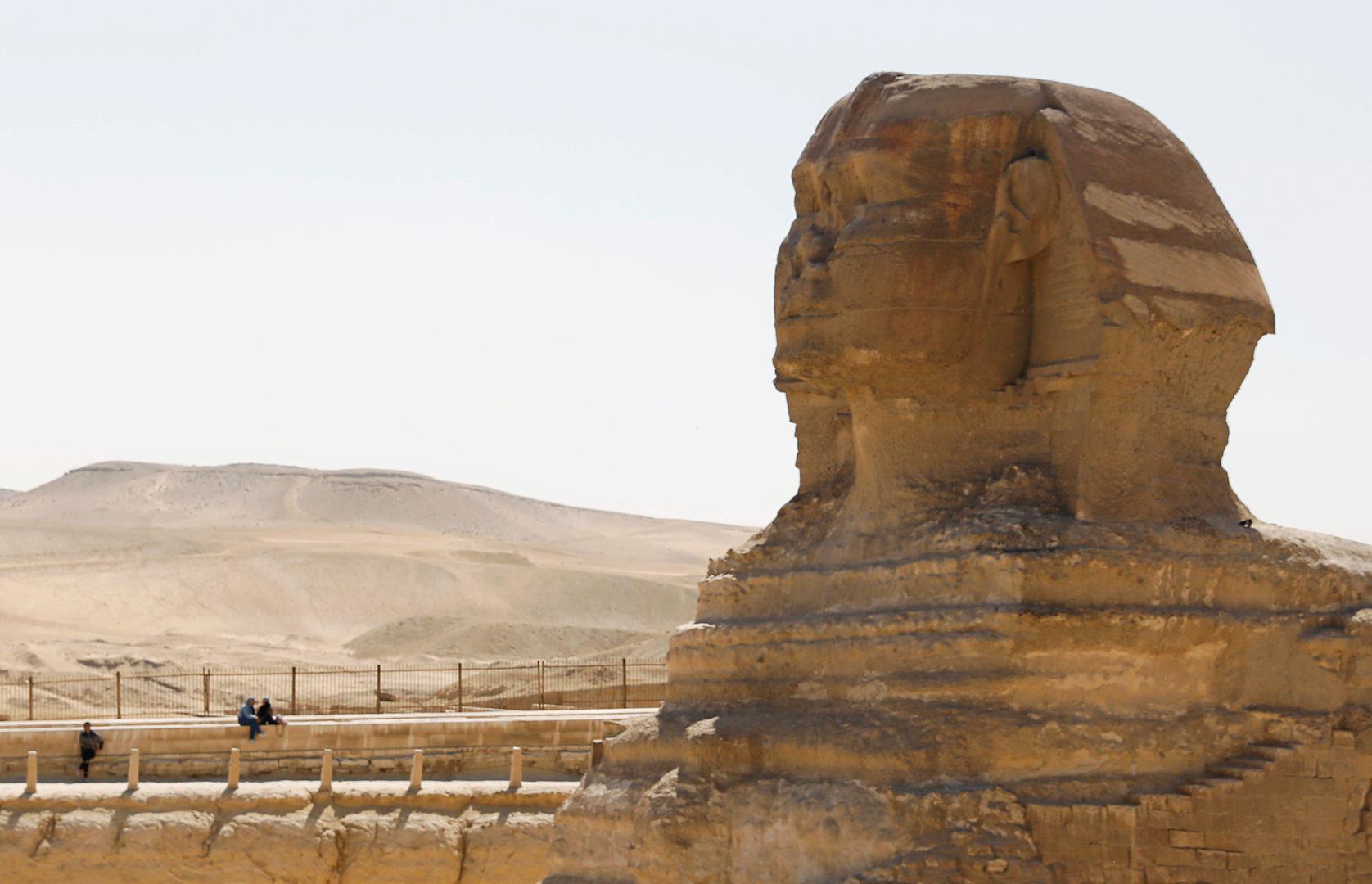 زاهي حواس يلتقي نجوم فن عالميين وشخصيات بارزة بينهم أمير سعودي أمام تمثال أبو الهول (صور)