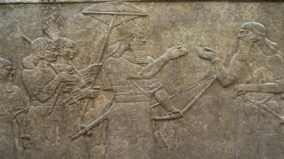 لوح طيني يمثل الحضارة البابلية القديمة في العراق
