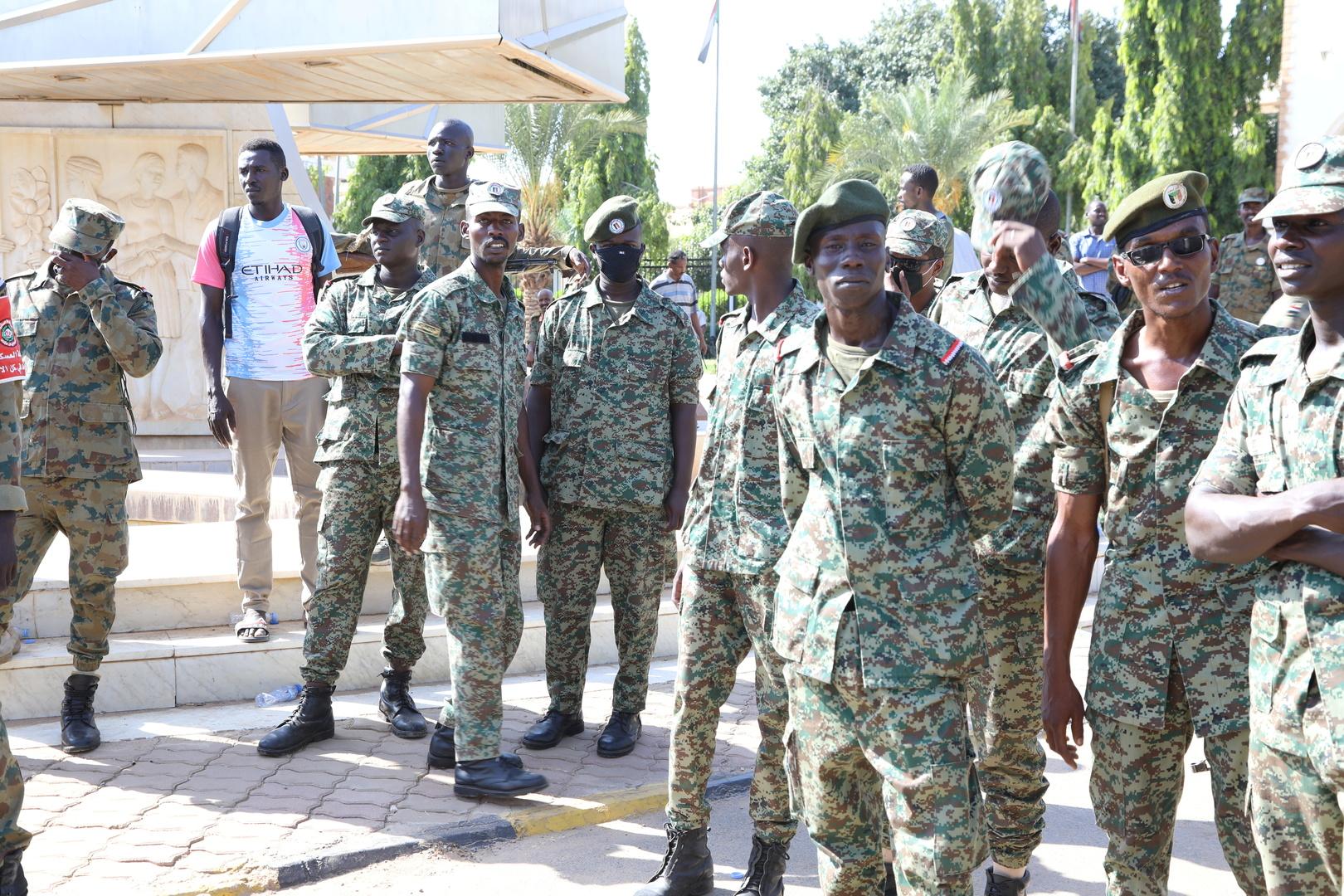 عناصر من الجيش السوداني أمام القصر الرئاسي في الخرطوم