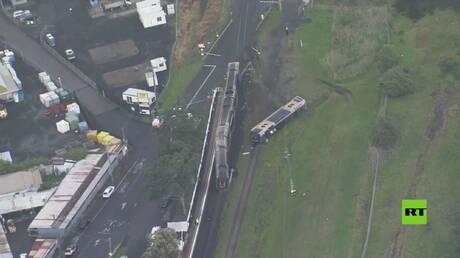 بالفيديو من أستراليا.. قطار يخرج عن سكته بعد اصطدامه بسيارة مسروقة