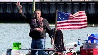 Raft to Freedom: US man lives on a raft to defend the rights of the homeless
