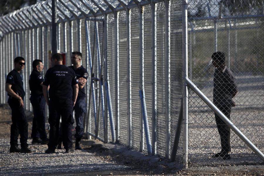 В результате беспорядков в греческом лагере для мигрантов пострадали 10 полицейских