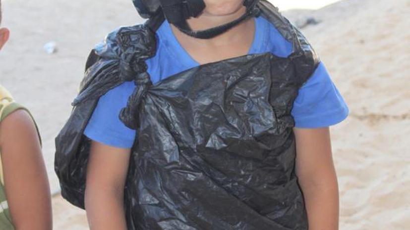 Палестинский мальчик в бронежилете из мусорного пакета стал хитом соцсетей