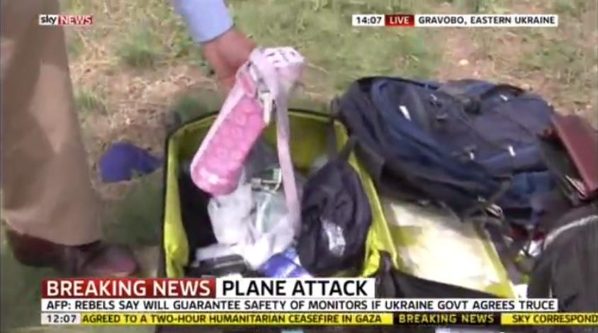 Репортёр SkyNews в прямом эфире вытащил вещи из чемодана пассажирки разбившегося Boeing 777
