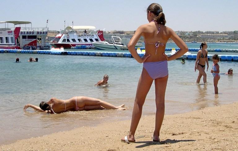 «Братья-мусульмане» не против выпивающих туристов и женщин в бикини