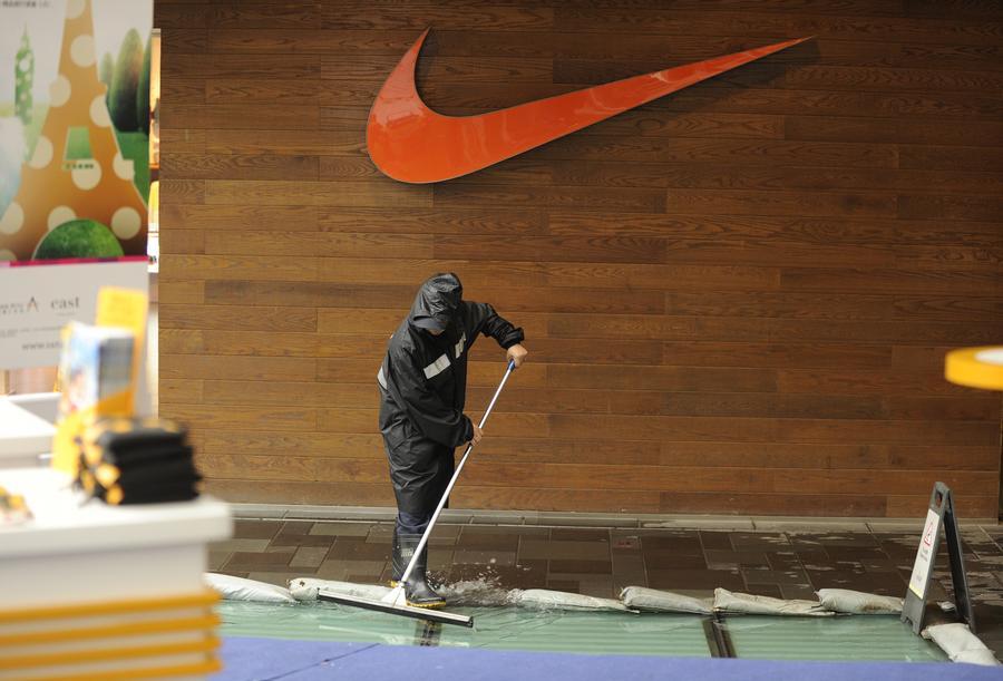 Тысячи камбоджийцев требуют выпустить из тюрем рабочих американского завода Nike