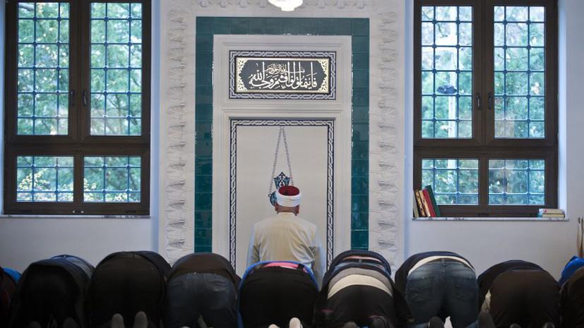 Английского подростка арестовали за осквернение мечети ветчиной