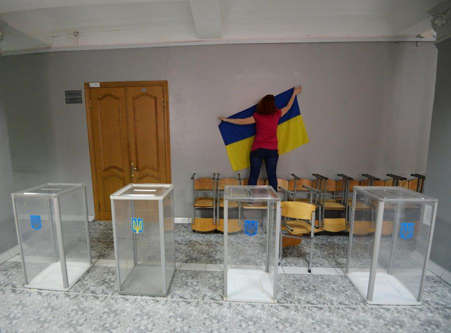 На Украине проходят президентские выборы, юго-восток страны их бойкотирует