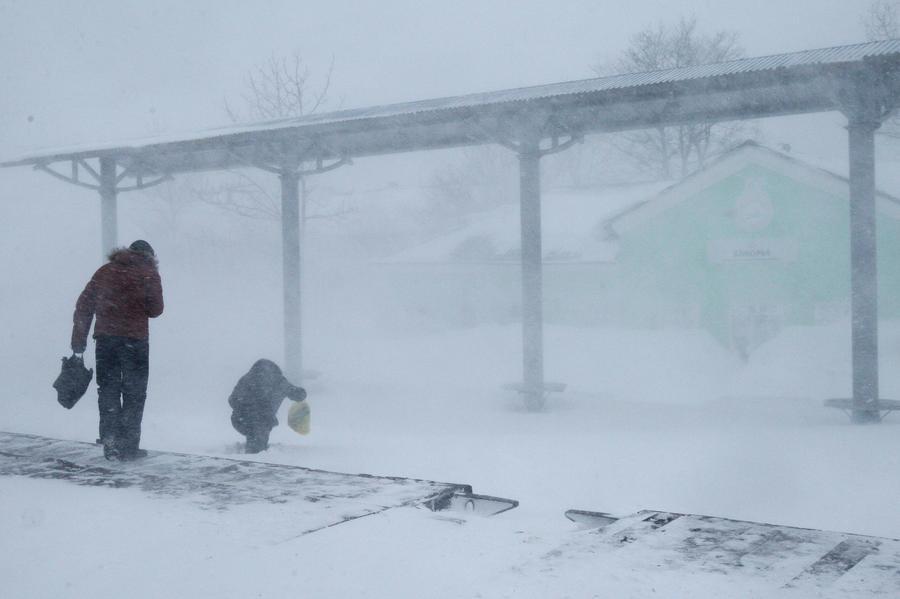 Из-за сильного снегопада Сахалин оказался отрезан от материка