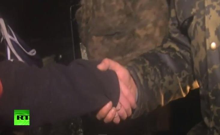 Рукопожатие силовика и ополченца было настоящим: Украинский журналист разоблачил ложь своих коллег