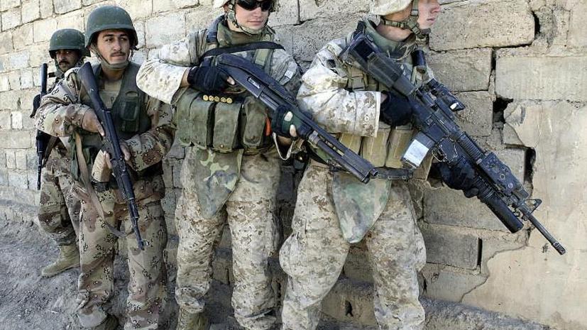 Американские морпехи обыскивали мёртвых иракцев и обливали их тела бензином