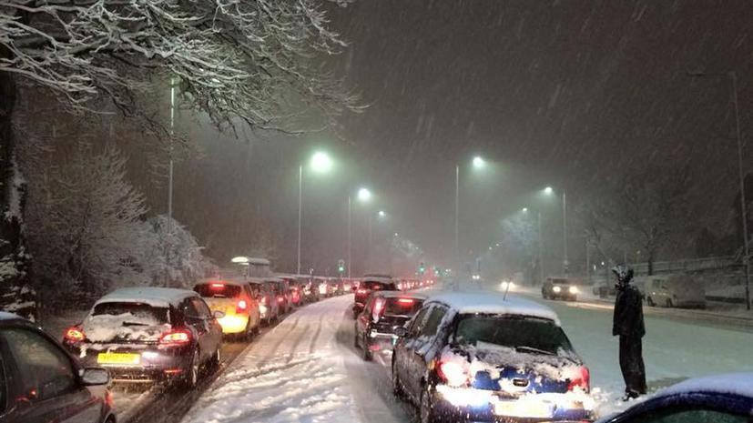На Великобританию обрушился мощный снегопад: закрыт аэропорт, на дорогах транспортный коллапс