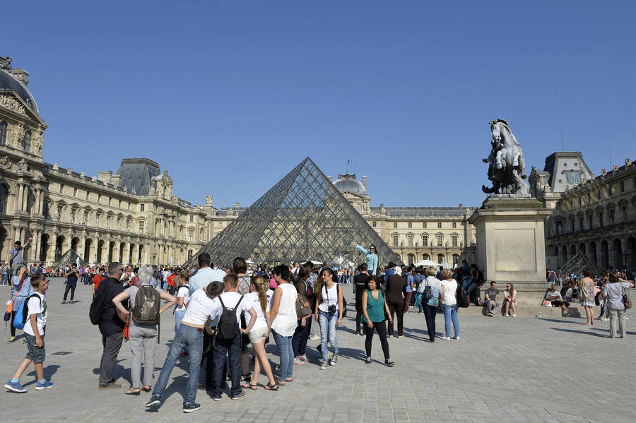 Французские спецслужбы: исламисты планировали взорвать Эйфелеву башню и Лувр