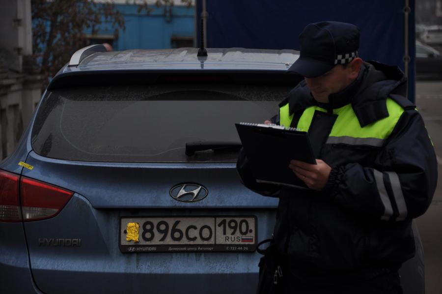 Закрытый номер автомобиля не избавит от штрафа