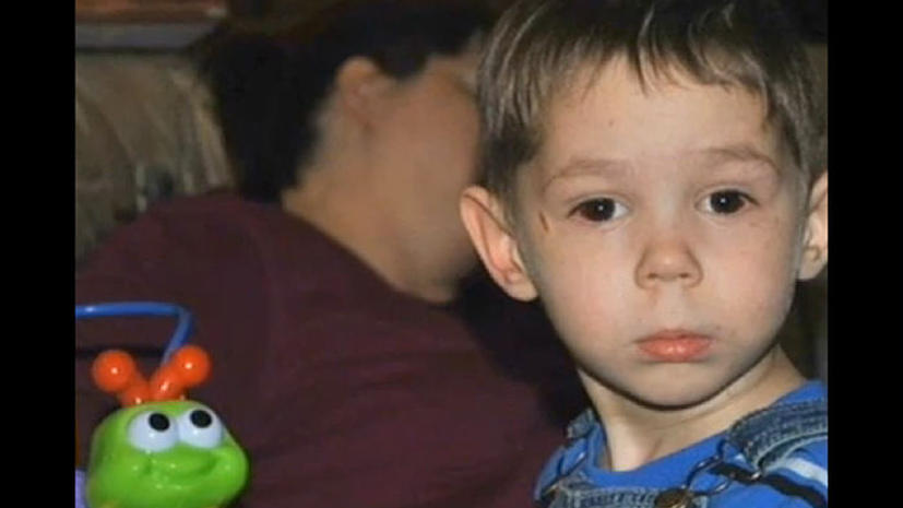 Приемные родители убитого сироты скрываются от прессы