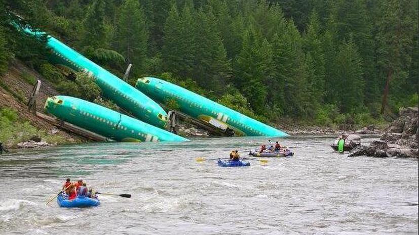 В США в реку упал поезд, перевозивший спирт и фюзеляжи самолётов