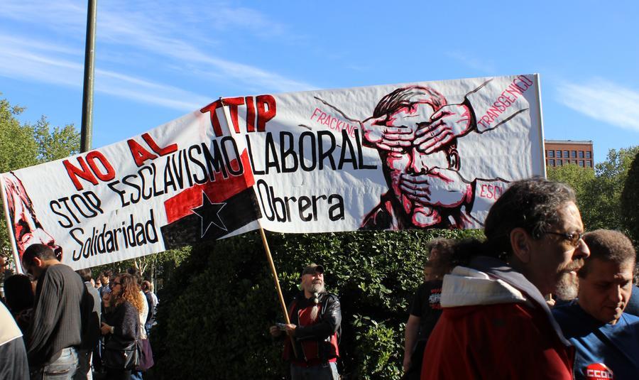 Сотни тысяч человек по всей Европе протестовали против торгового соглашения между ЕС и США