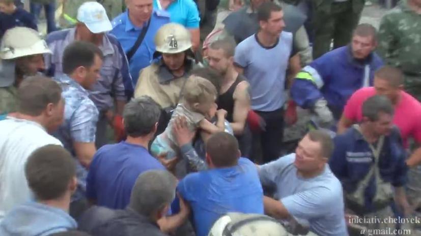 Видео спасения ребёнка из-под завалов после обстрела на Украине появилось в интернете