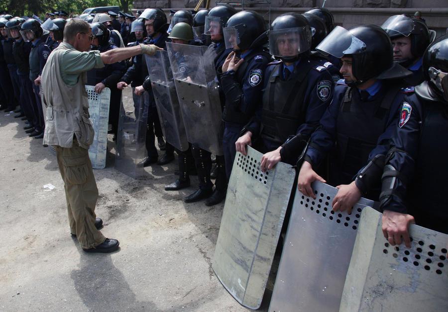На востоке Украины снова накалилась обстановка, в нескольких городах начались столкновения