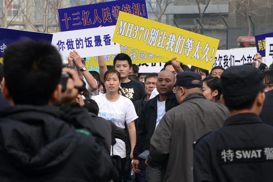 В Пекине семьи пассажиров пропавшего Boeing 777 пикетируют посольство Малайзии