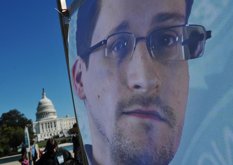 Отец Эдварда Сноудена: самые громкие разоблачения деятельности спецслужб США ещё впереди