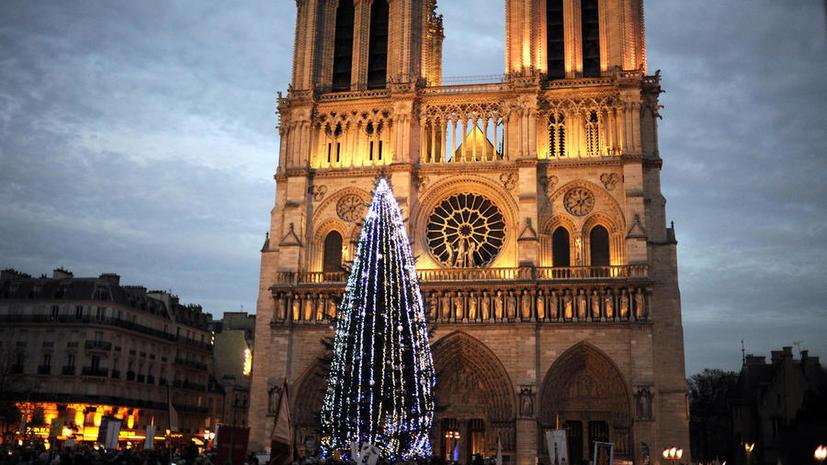 Le Figaro: Несмотря на попытки изоляции России, Москва подарила Парижу рождественскую ёлку
