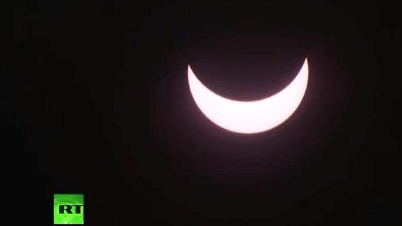 #Затмение: Пользователи соцсетей поделились фотографиями солнечного затмения в России