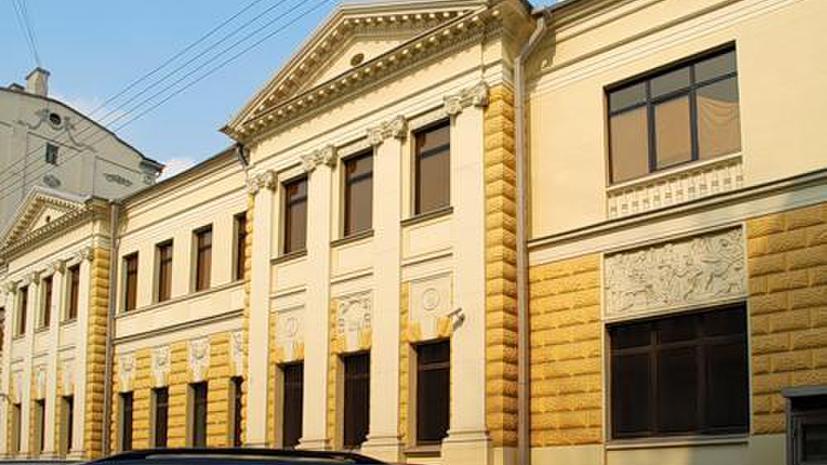 Уснувший за рулём водитель протаранил посольство Латвии в Москве