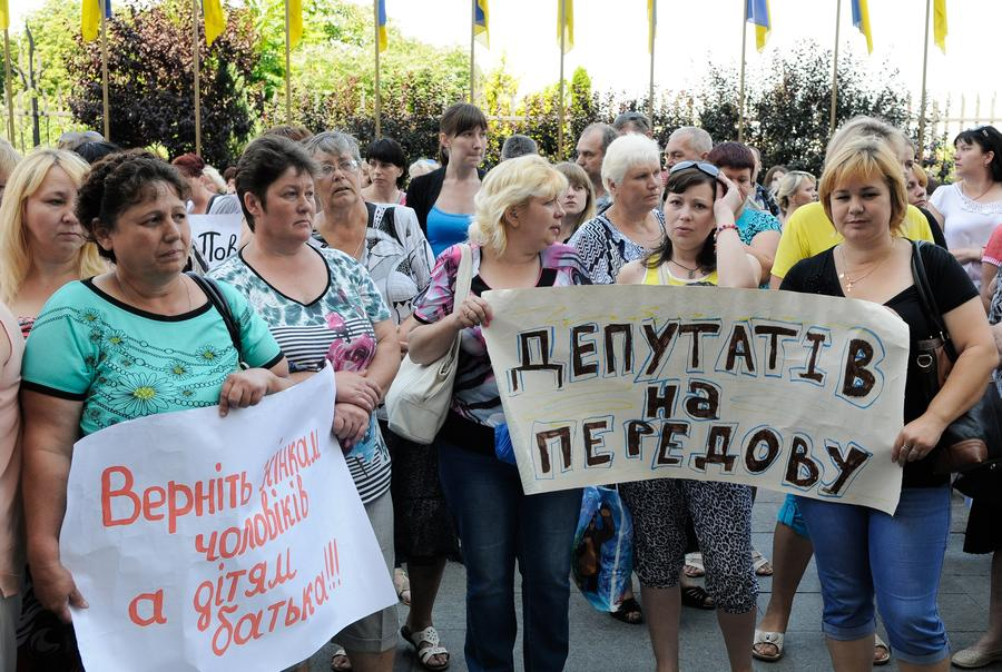 «Их там просто убьют»: женщины в Киеве не дали автобусу с солдатами уехать в зону военной операции