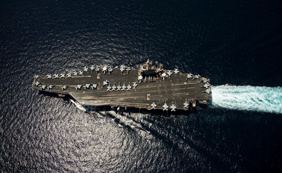 Авианосец с четырьмя истребителями перенаправлен к берегам Сирии
