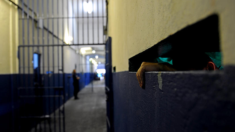 Заключенный застрял в стене при попытке побега