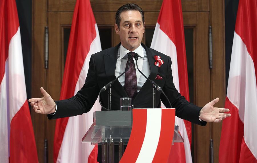 Австрийский политик считает абсурдом сохранять санкции в отношении России и просить у неё помощи