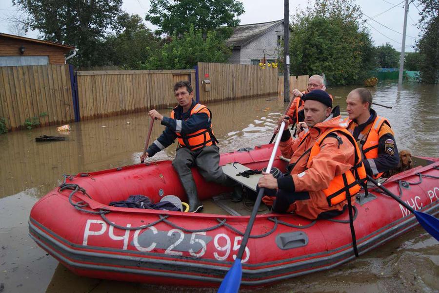 Минобороны в срочном порядке перебросило армию на Дальний Восток для борьбы с наводнением