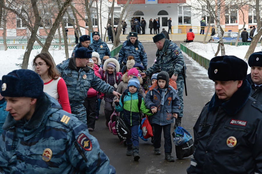После трагедии в московской школе МВД предлагает разрешить частным охранникам досматривать граждан