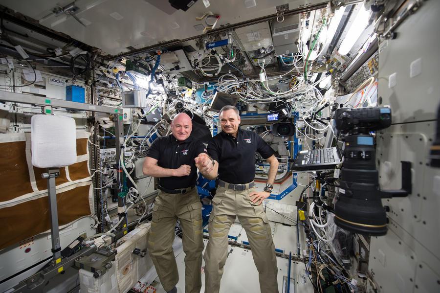 Космоселфи, пинг-понг и грибы: 340 дней Корниенко и Келли на МКС