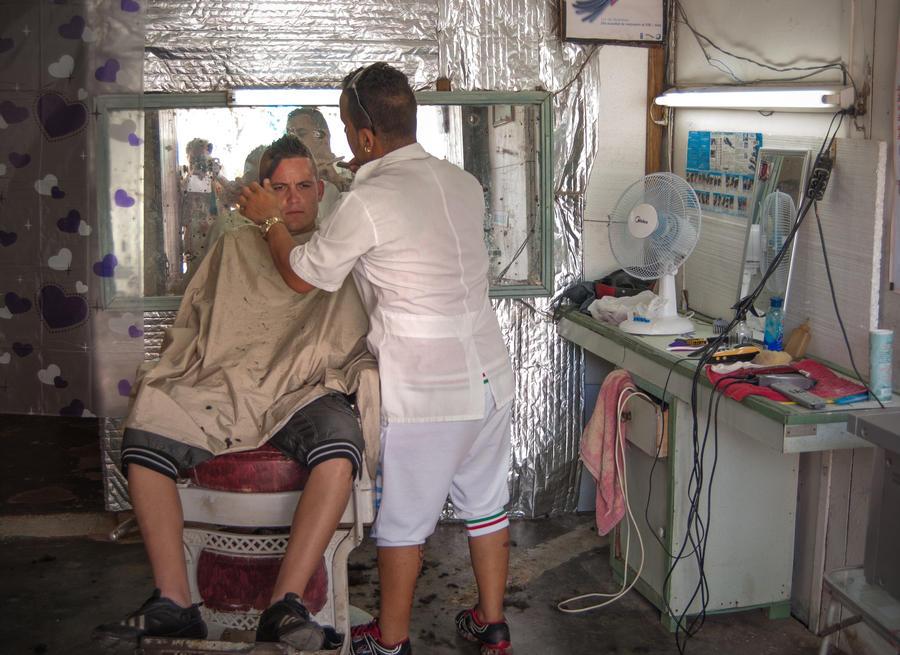 Мэрия американского города сперва наградила бесплатного парикмахера, а потом отказалась от его услуг