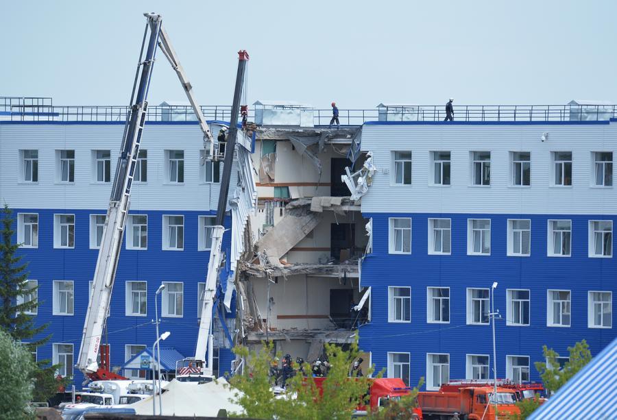 СМИ: Причиной обрушения казармы в Омске могло стать проседание грунта из-за некачественного ремонта