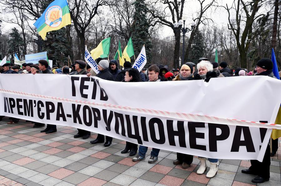 Олигархи и «вашингтонские менеджеры»: эксперты объяснили RT причины отставки Яценюка