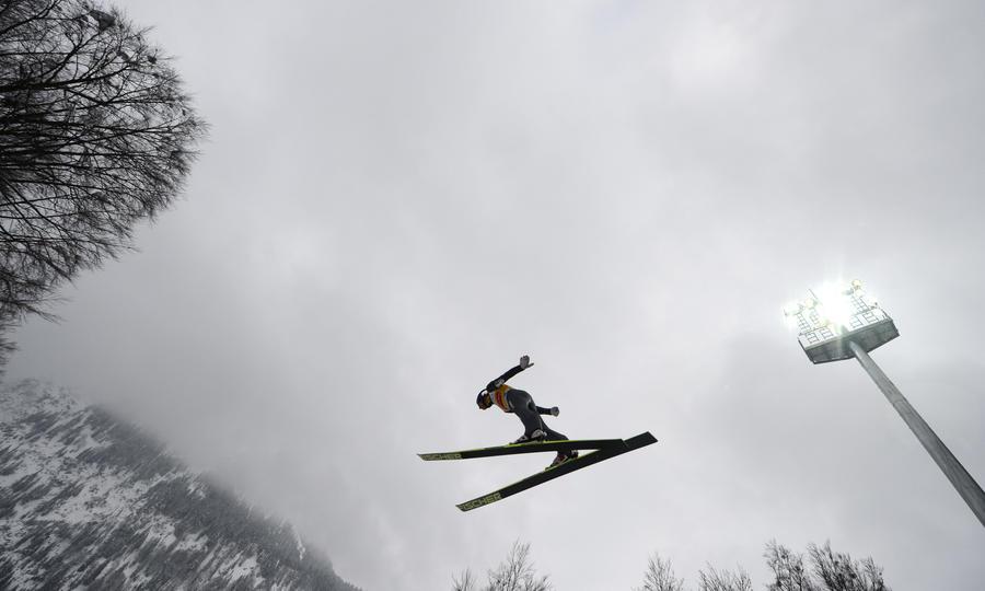 Российский летающий лыжник Михаил Максимочкин доставлен в больницу после падения на тренировке