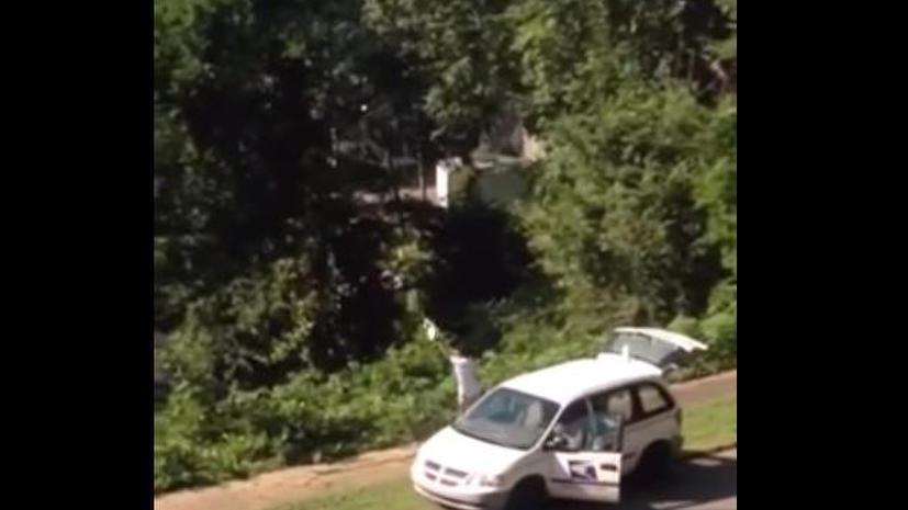 Доставка по-американски: почтальон, выбрасывающий посылки в овраг, попал под прицел видеокамеры