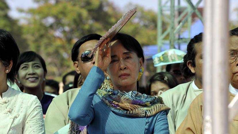 Свитер, связанный лидером оппозиции Мьянмы, продан на аукционе за $49 тыс.