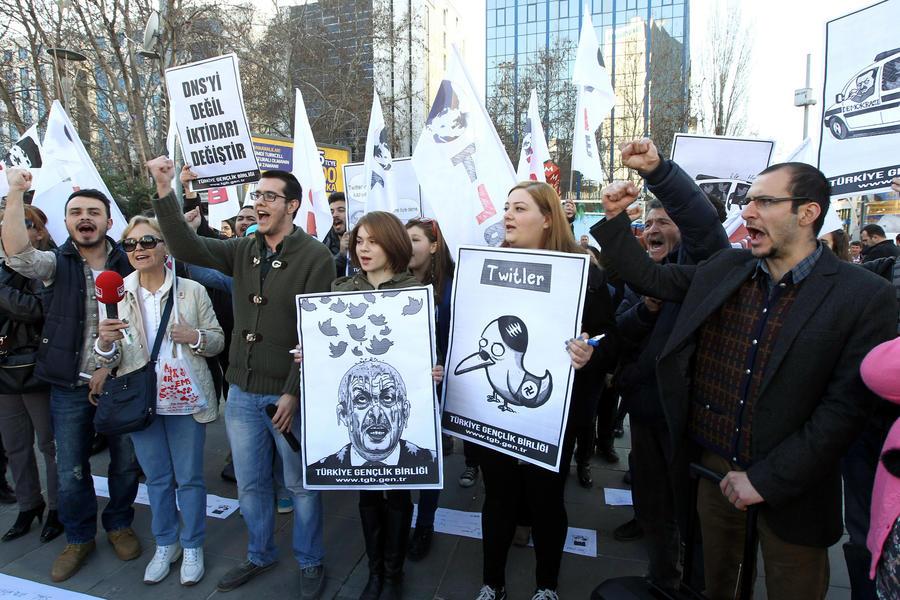 Жители Турции протестуют против решения властей закрыть доступ к Twitter